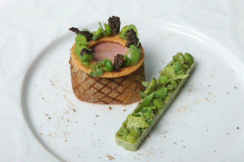 original_grilled-veal-filet-mignon-with-peas-and-small-fava-beans-light-cream-of-vin-de-voile