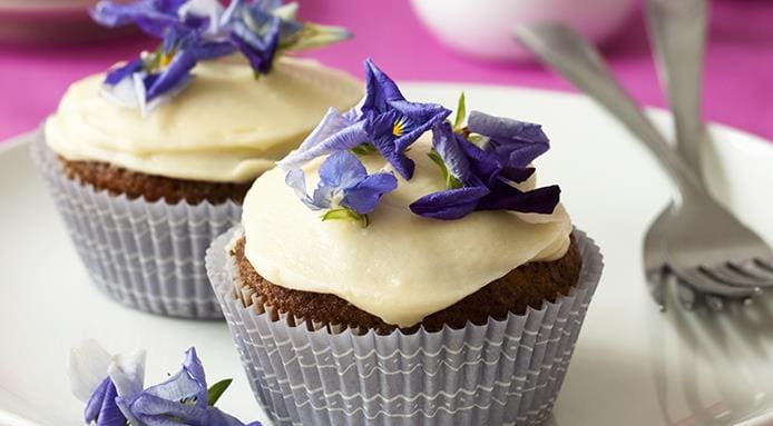 l_15613_carrot-cupcakes-cream-icing-edible-flowers.jpg