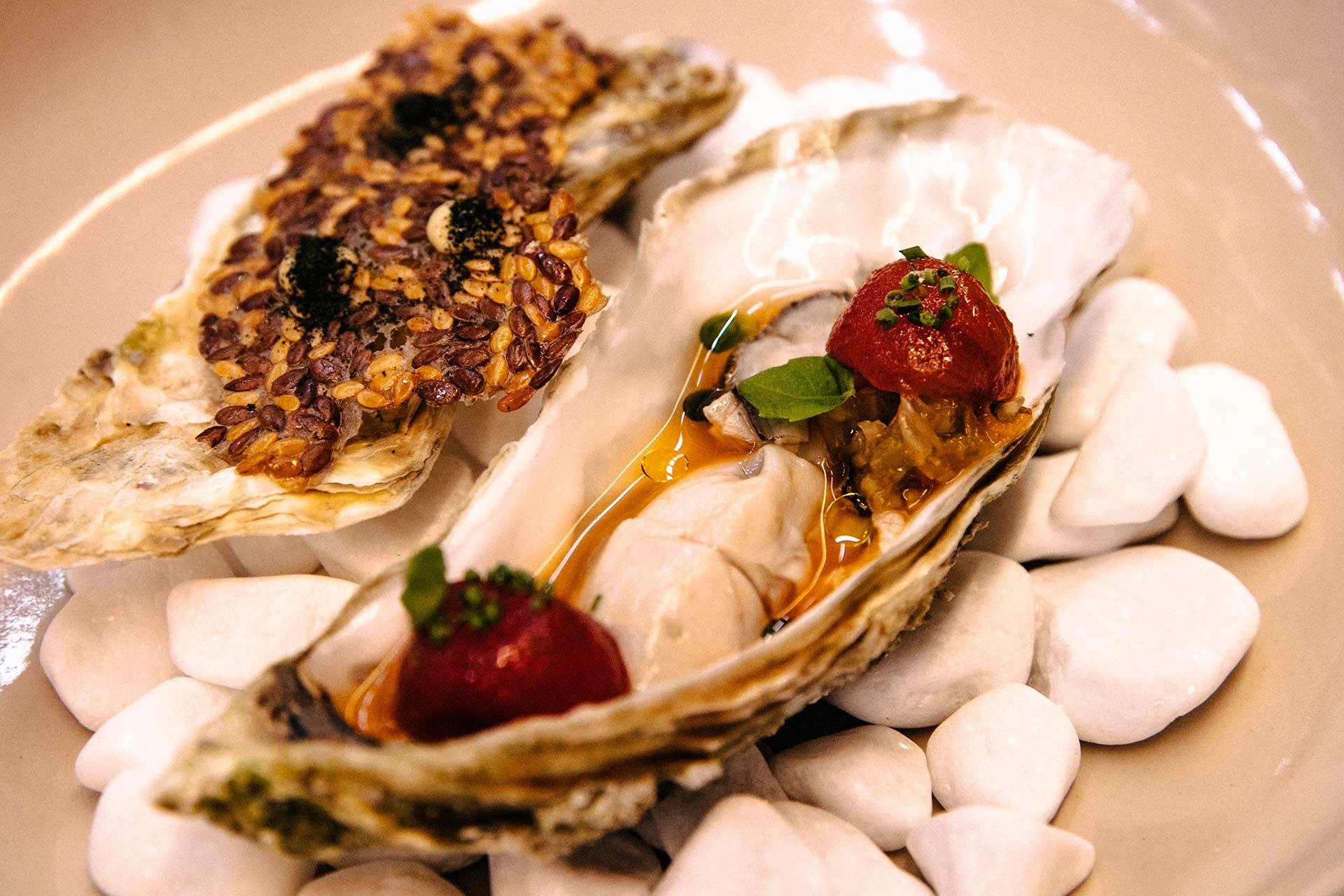 31_oyster _ Kim-chi tomato_flaxseed chips _ mussel emulsion